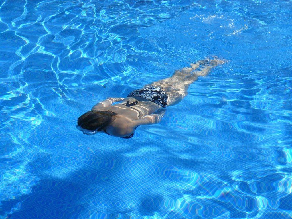 ゆっくり泳ぐ