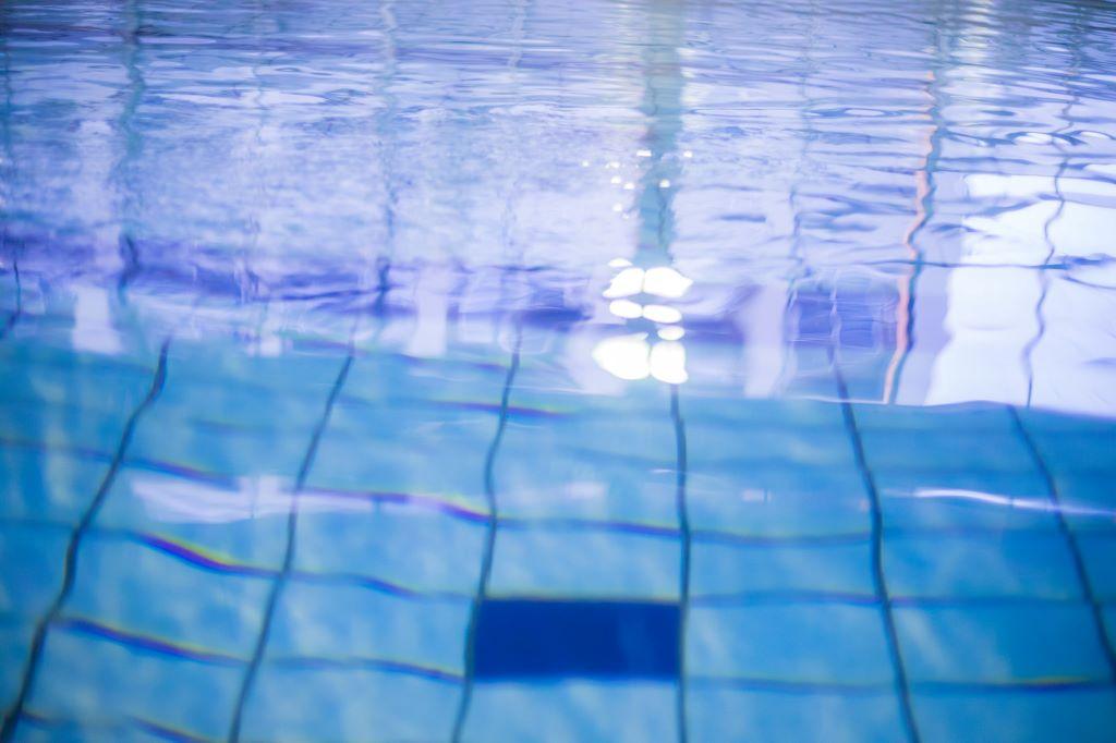 プールで泳ぐ