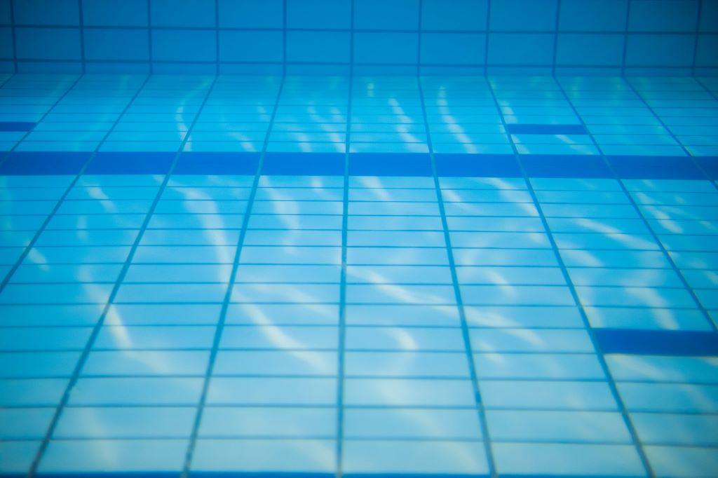 プールの底のライン