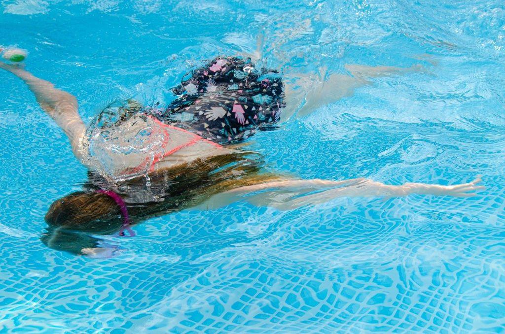 リラックスして水中でバランスをとる