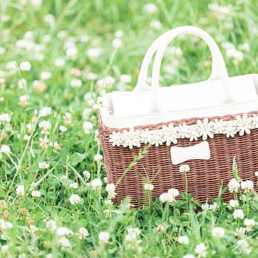 花に囲まれたバッグ