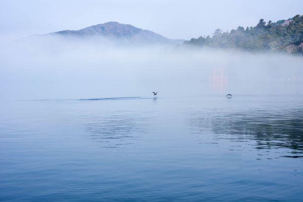 霧にけむる湖(トップページPR用)